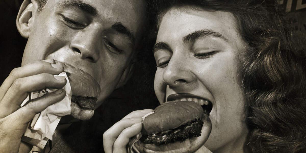 Hamburger yiyen iki insan