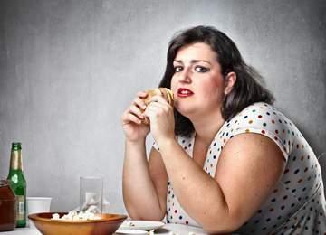 yemek yiyen bir kadın
