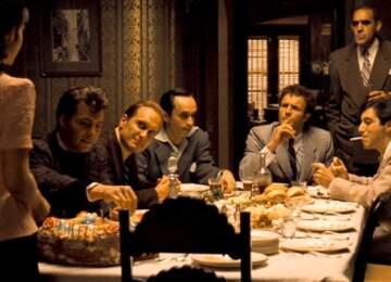 Yazıda bahsedildiği üzere Godfather filmindeki restoran sofrası.