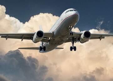 Havalanan bir yolcu uçağı