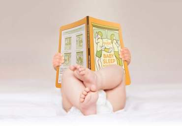 uyku kitabı okuyan bebek