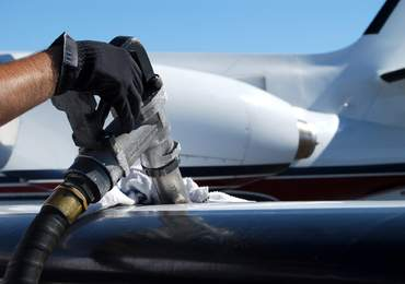 Uçağın deposuna yakıt dolumu yapılıyor