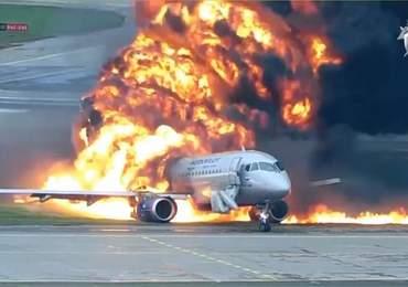 Bir uçak kazasının başında yetkililer inceleme yapıyor.
