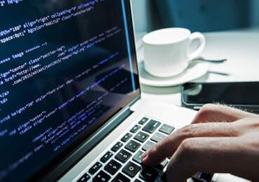 bilgiayar ve klavyede bir el var