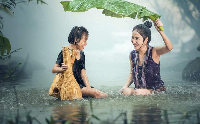 Yağmurdaki kadın ve çocuk