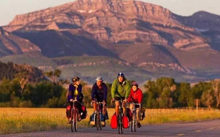 Bisiklet süren aile