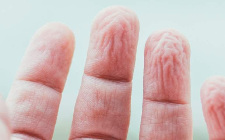 suda buruşmuş bir parmağın yakın çekim görüntüsü