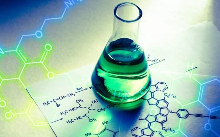 Kimyasal bağların olduğu bir kağıt ve yeşil renkli sıvı ile dolu kimyasal tüp