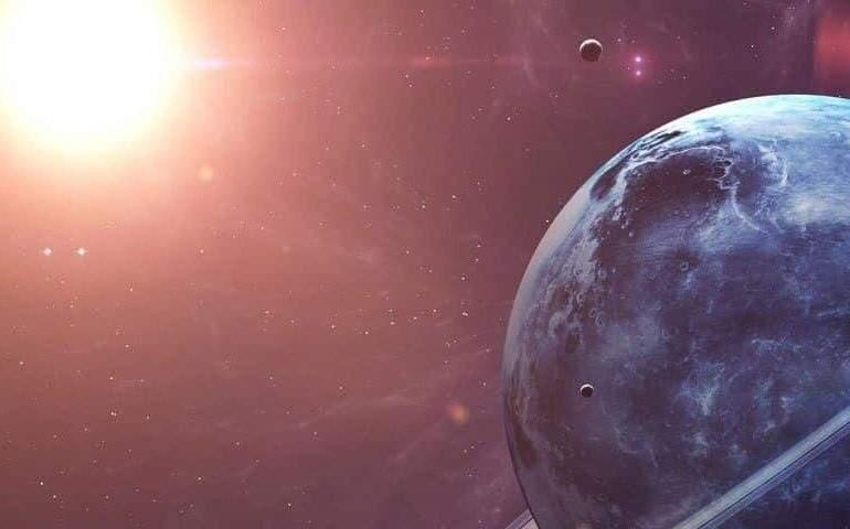 Güneş sistemi dışındaki gezegenleri temsil eden bir görsel: halkalı bir mavi gezegen, uydusu ve parlak yıldızı.