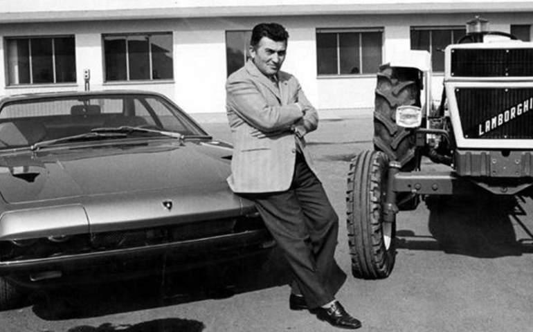 Lamborghini traktörü ve spor arabası ile aynı karede